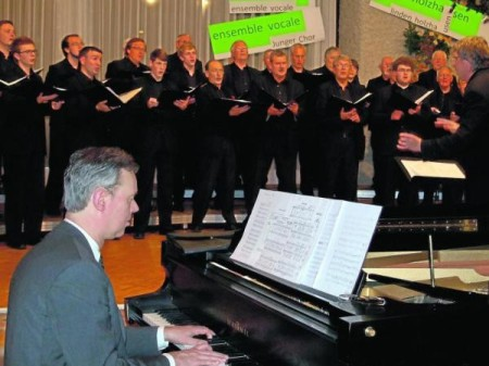 Als Geburtstagsgäste bei »ensemble vocale« waren der Männerchor »Harmonie« und Pianist Klaus Cutik eingeladen / Foto: Bohnhorst-Vollmer