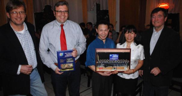 """""""Harmonie""""-Vorsitzender Karl-Heinz Dernbach (rechts) mit dem Ehepaar Thiuyen und Vanmao Nguyen, Bürgermeister Dr. Marius Hahn (SPD) und Dirigent Martin Winkler (links)."""